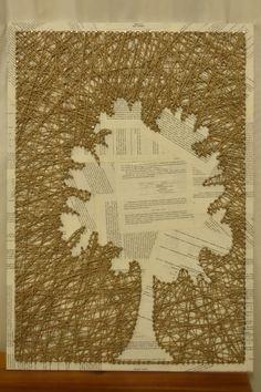 Quadro com pregos e barbante Colei páginas de um livro velho de química para a base e desenhei a silhueta de uma árvore com a ajuda de uma folha de papel de seda (que removi após colocar os pregos). Reverse string art. Ideia: https://www.pinterest.com/pin/549298485779348109/