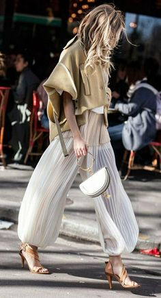 Street Style Looks to Copy Now Street style fashion / fashion week Fashion Mode, Look Fashion, High Fashion, Fashion Design, Paris Fashion, Chloe Fashion, Womens Fashion, Trendy Fashion, 50 Fashion