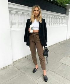 Look calça clochard com blazer Smart Casual Work Outfit, Chic Office Outfit, Office Fashion, Office Outfits, Work Outfits, Office Attire, Basic Outfits, Casual Outfits, Look Fashion