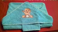 Confectionné en tissu éponge bleu 80 x 80, de très bonne qualité ornée d'une broderie à la machine représentant un charmant petit bébé, bordé d'un biais du même ton. - 18971703