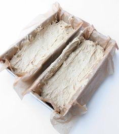 2. Häll degen i två limpformar, ca 1 ½ liter, smorda eller klädda med bakplåtspapper. Feta, Creme, Tart, Bacon, Dishes, Cooking, Drinks, Cucina, Plate