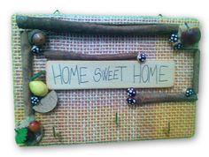 """Pannellorigido, superficiein juta colorata. Ganci portaoggetti. Colorati decori """"frutta"""", sughero e funghetti e vere stecche di cannella. Grafica su legno naturale."""