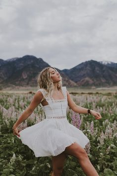 Portrait shoot at the lavender field in Mona, Utah. Summer Senior Pictures, Girl Senior Pictures, Vintage Senior Pictures, Senior Pics, Senior Year, Senior Girl Photography, Senior Portraits Girl, Senior Girl Poses, Bild Outfits