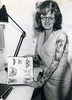 Erst Model, später Tätowiererkünstlerin: Cindy Ray in ihrem Studio in Ivanhoe, Australien, um 1960   © The Amsterdam Tattoo Museum, Amsterdam