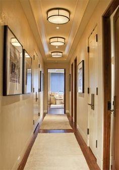 antre-aydinlatmaUzun bir koridor için seçilen bu üç lamba alçak tavanlı evler için modern ve dekoratif bir seçim olabilir. Sade ve tavana yakın bir model ama yine de zarif iskeleti sayesinde kendine has bir tarzı olduğunu söylemek mümkün. Buradaki püf noktası ise, koridor boyunca aynı lambadan çok adette kullanılması. Bu tip 'tekrar' eden öğeler dekorasyona ritm ve ilginçlik katar. - See more at: http://www.yapidekorasyon360.com/alcak-tavan-icin-aydinlatma-onerileri/#sthash.be5ytYWC.dpuf