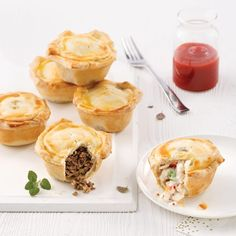 Mini meat pies and chicken - Je Cuisine Mini Quiches, Mini Pains, Tasty, Yummy Food, Tzatziki, Pie Recipes, Yummy Recipes, Finger Foods, Healthy Snacks