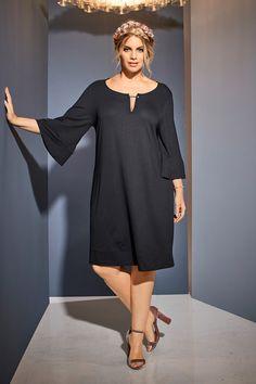 1c227b340dd Kleid in Schwarz für festliche Momente  volant  kleid  schwarz   plussizemode  plussize