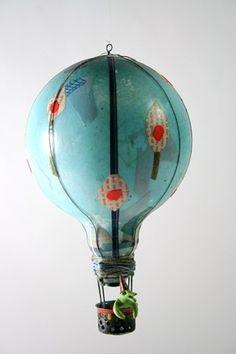 紙を貼った気球。線を描くより少し難易度は低くなったでしょうか。マスキングテープも使えそうですね!