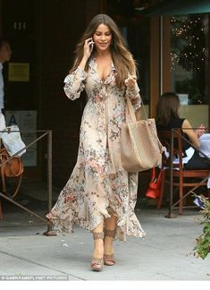 Sofia Vergara looks stunning in a floral dress in Beverly Hills Sofia Vergara is fully embracing spring fashion. The Modern Family actress looked stunning in floral when she stepped out for lunch in Beverly Hills on Thursday, in a pale pink dress Fashion Mode, Boho Fashion, Spring Fashion, Fashion News, Petite Fashion, Fashion 2017, Runway Fashion, Fashion Trends, Stylish Dresses