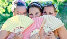 Vestidos para damas-de-honor em tons pastel. #casamento #damasdehonor #madrinhas #vestidos #pastel #leques
