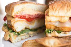 Cauliflower Burger, Cauliflower Recipes, Veggie Recipes, Healthy Dinner Recipes, Vegetarian Recipes, Cooking Recipes, Cauliflower Cheese, Spicy Hummus, Vegan Burgers