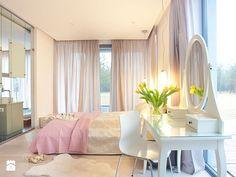 Dom w lesie - Duża sypialnia małżeńska z balkonem / tarasem, styl glamour - zdjęcie od Maria Jachalska