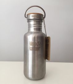 A minha garrafa nova é linda  / My new bottle is beautiful  #zerowaste #wastefree #nowaste #zerowastelifestyle #zerowasteblogger #zerowastelife #goingzerowaste #makelesstrash2016 #trashisfortossers #notrash #lixozero #desperdiciozero #sustentavel #zerowastebloggersnetwork #reuse #wastenot #sustainability #ecofriendly #green #wasteless #zerowastehome #simplicity #minimalism #minimalist #greenliving #noplastic #kleankanteen #bottle