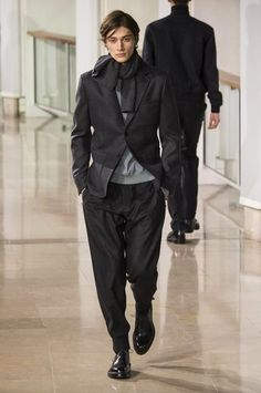 Schwarzes Sakko, Grauer Pullover mit Rundhalsausschnitt, Schwarze Jogginghose…
