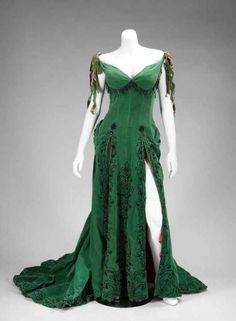 Green velour dress worn by Marilyn Monroe in The River of No Return. River of No Return is a 1954 American Western film directed by Otto Preminger and starring Robert Mitchum and Marilyn Monroe. Vestidos Vintage, Vintage Dresses, Vintage Outfits, Vintage Fashion, Beautiful Gowns, Beautiful Outfits, Gorgeous Dress, Emerald Dresses, Fantasy Dress