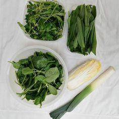 Meine heutige Ausbeute vom Bauernmarktbesuch 🌱🥦🌿  Ist biologisch und regional immer teuer? 🤔 Ich für Spinat, Feldsalat, Rucola, Lauch & Chinakohl 9,10 € bezahlt. Ich finde das ist ein wirklich angemessener und fairer Preis und die Qualität ist natürlich unschlagbar! Frischer kann man Lebensmittel kaum einkaufen!   Warum ich auf dem Markt einkaufe: - alles BIO - wurde 20 km entfernt angebaut und geerntet - alles ohne Plastikverpackung - Bauern aus der Region werden unterstützt… Vegan, Regional, Celery, Vegetables, Food, Chinese Cabbage, Spinach, Farmers, Fresh