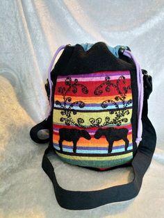 Veske med samisk inspirert dekor. Aske, Fashion Backpack, Lunch Box, Arts And Crafts, Backpacks, Bags, Handbags, Gift Crafts, Bento Box