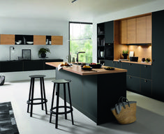 Cuisine en noir et bois : sélection de modèles tendance - Expolore the best and the special ideas about Modern kitchen design Modern Farmhouse Kitchens, Farmhouse Kitchen Decor, Black Kitchens, Loft Kitchen, Kitchen Showroom, Diy Kitchen, Kitchen Models, Kitchen Decor Themes, Cuisines Design