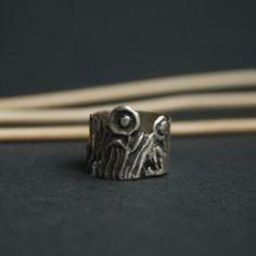 Wyjątkowy srebrny pierścionek wykonany przez Twórcę Doriana Grabowskiego. Surowa i nowoczesna forma idealnie pasuje do codziennej stylizacji. To propozycja dla kobiet ceniących oryginalność.