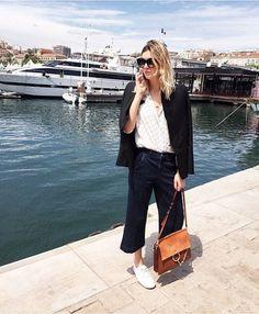 Street-Style-Star Camille Charrière trägt die Faye zum klassichen Black White Look