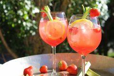 Svalkande drink med bubbel, rabarber och vanilj | Daniel Lakatosz matblogg Non Alcoholic Drinks, Wine Drinks, Cocktail Drinks, Cocktails, Juice Smoothie, Smoothie Drinks, Smoothies, Chutney, Ketchup