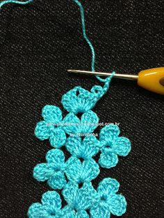Fixed-point flower crochet: Ponto PAP - Uma Rendinha Barrada Tutorial dettagliatissimo di un bel bordo Free pattern and photo tutorial for crochet floral edging. I would also use it for a light, whimsical scarf (without the chain on one side). Crochet Motifs, Crochet Borders, Crochet Stitches Patterns, Crochet Trim, Love Crochet, Irish Crochet, Diy Crochet, Crochet Designs, Crochet Crafts
