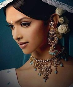 Om shanti om was the first of our queen deepika and was a blockbuster so she was rewarded for it Om Shanti Om, Indian Goddess, Celebrity Jewelry, Madhuri Dixit, Manish, Bollywood Stars, Indian Celebrities, Indian Beauty, Shah Rukh Khan Movies
