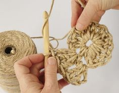 Have you noticed that natural jute decor is bang on trend right now? In this tutorial, you'll learn how to crochet the rounds and create a stunning contrast between the natural jute and metallic. Jute, Wall Hanging Crafts, Weaving Art, Knitting Videos, Diy Home Crafts, Bead Crochet, Learn To Crochet, Christmas Crafts, Crochet Patterns