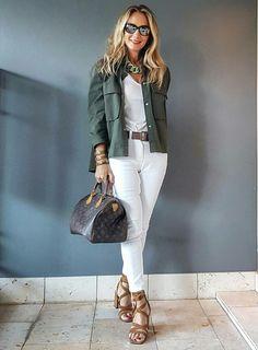 Essa é a Stella, uma blogueira australiana. Adoro os looks dela, sempre chiques e modernos. Calça branca + blusa de cetim branco + casaco verde militar + maxi colar de argolas + sandália poderoa + óculos espelhados + bolsa Louis Vuitton Foto: @ageingdisgracefully