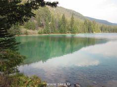 Lac turquoise dans la Vallée des cinq lacs, aux montagnes Rocheuses canadiennes