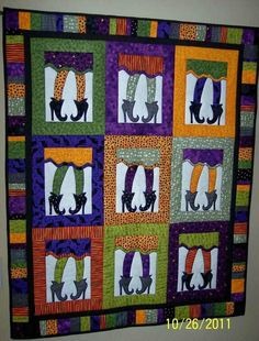 Sewing Block Quilts An adorable quilt for Halloween! You can either hang this up or use it to hide when watching scary movies! Halloween Quilts, Halloween Quilt Patterns, Halloween Sewing, Fall Halloween, Halloween Crafts, Fall Sewing, Halloween Ideas, Halloween Displays, Halloween Decorations