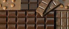 Tableta de Chocolate 1. El chocolate negro no es menos calórico: aunque se recomienda en muchas dietas en casos de ansiedad, el chocolate oscuro no tiene menos calorías que el que tiene leche. Aun así sus cualidades nutricionales son distintas. En el caso del primero, es rico en cobre, hierro y magnesio, mientras que el chocolate con leche tiene más calcio y fósforo.  2.No aumenta el colesterol en la sangre: su contenido de colesterol es apenas de 1,3 miligramos por cada 100 gramos. No sólo…