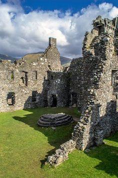 Kilchurn Castle, Loch Awe, Scotland.❀༺ Abandoned Castles, Abandoned Buildings, Abandoned Places, Scotland Castles, Scottish Castles, Castle Ruins, Medieval Castle, Beautiful Castles, Beautiful Places