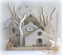 Petit hameau minimaliste de 7 maisonnettes sur socle en bois et arbres en bois flotté.