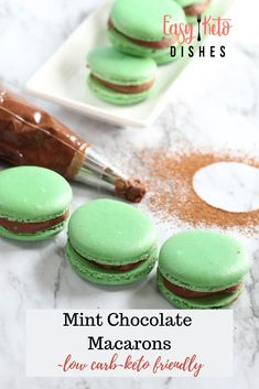 Enjoy all the flavors of your favorite French treat without going outside your keto goals! These keto mint chocolate French macarons are light and crispy on the outside, with a soft, gooey inside! Menta Chocolate, Chocolate Macaroons, French Macaroons, Dessert Chocolate, Keto Desserts, Dessert Recipes, Keto Snacks, Keto Cookies, Cookies Et Biscuits