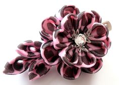 Kanzashi fabric flower hair clip. Black and pink. by JuLVa on Etsy