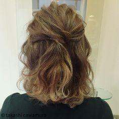 トップの髪をねじってピンで留めるだけの簡単ハーフアップ。 全体を軽く巻いておくとふんわりボリュームが出て素敵な仕上がりになりますよ♪