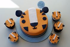 OMG seriously so cute! Tiger cake and cup cakes...