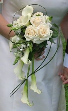 Love the size shape and context of this bouquet: roses pearls calla lilies star of bethlehem Love the size shape and context of this bouquet: roses pearls calla lilies star of bethlehem Calla Lily Bouquet, Hand Bouquet, Cascade Bouquet, Calla Lilies, White Wedding Flowers, Bridal Flowers, Flower Bouquet Wedding, Floral Wedding, Bride Bouquets