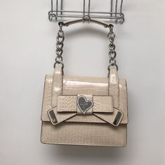 Guess handbag/purse Cream colored faux snake skin handbag/purse. This bag is super classy/ cute. NWOT. Please make me an offer. Any reasonable offer won't be refused. ❤️ Guess Bags