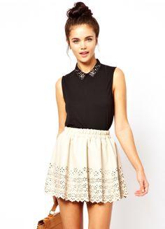 Nos encanta esta falda troquelada de cuero.