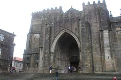 Tui, Pontevedra, Galicia. Catedral de Santa María, comenzó en estilo románico y terminó en un estilo gótico, su gran portada occidental, una de las más bellas del gótico español. Galicia, Spain