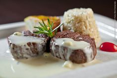 Contemporâneo (jantar)    Medalhão de filé ao molho de gorgonzola com torta de legumes e arroz integral