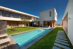 El equipo creativo de COA en colaboración con Fuchs, Wacker Architekten ha desarrollado Bug Bay Bach House, una residencia moderna en Ciudad del Cabo, Sudáfrica.