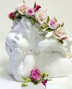 *~ Angel statue with rose garland ~*. Rose Cottage, Shabby Cottage, Images Lindas, Owl Eyes, Arte Floral, Shabby Chic Style, Happy Weekend, Pink Roses, Flower Arrangements