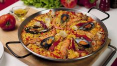 Μια υπέροχη συνταγή για Παέγια με θαλασσινά.Ίσως το πιο χαρακτηριστικό ισπανικό πιάτο σε μία συνταγή με πολλά στάδια και συστατικά που θα απογειώσει τη γε
