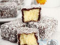 Prajitura Lamington - imagine 1 mare Köstliche Desserts, Sweets Recipes, Baking Recipes, Delicious Desserts, Cake Recipes, Romanian Desserts, Romanian Food, Romanian Recipes, Famous Recipe