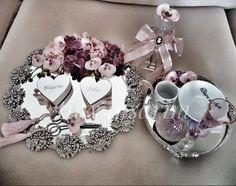 Zümrüt Model Nişan Tepsisi - Resim 14 Engagement Ring Platter, Thali Decoration Ideas, Gold Wedding Colors, Umbrella Wedding, Wedding Gift Wrapping, Engagement Party Decorations, Bridal Shower Party, Diy Crafts For Gifts, Wedding Crafts