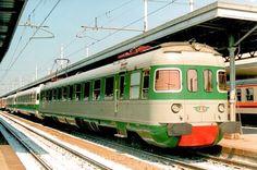 ALe 601 in composizione ad un treno d'agenzia ad Alessandria il 9 aprile 1994 - (Foto: Riccardo Genova) Locomotive, Italy Train, Rail Transport, Bonde, Light Rail, Transportation, Europe, World, Vehicles