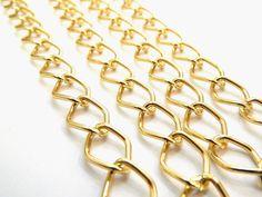 Cad 006 Cadena dorada de aluminio, Medida; 2.0 cm x 1.4, $15 el metro, precio especial a mayoristas.